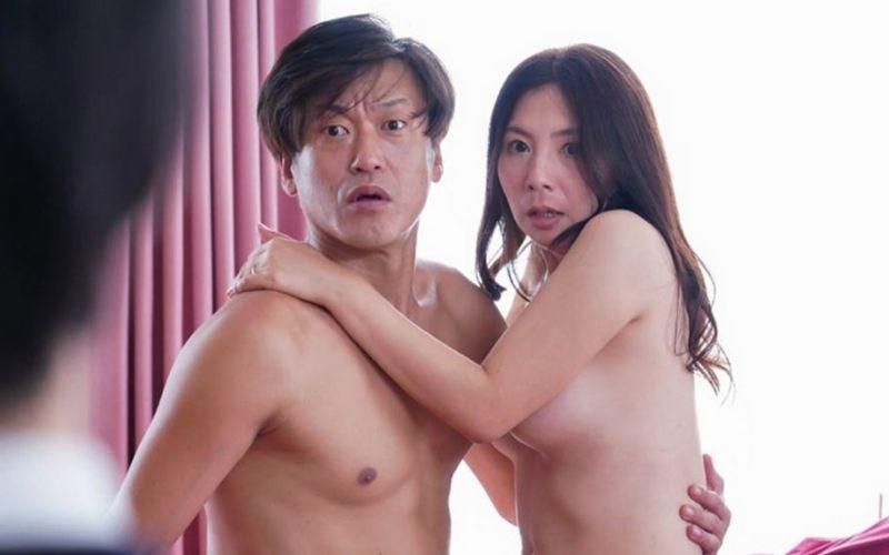 裸で抱き合って驚いた顔をしている男女