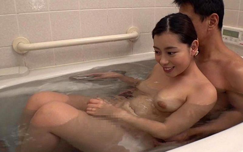入浴中の男女