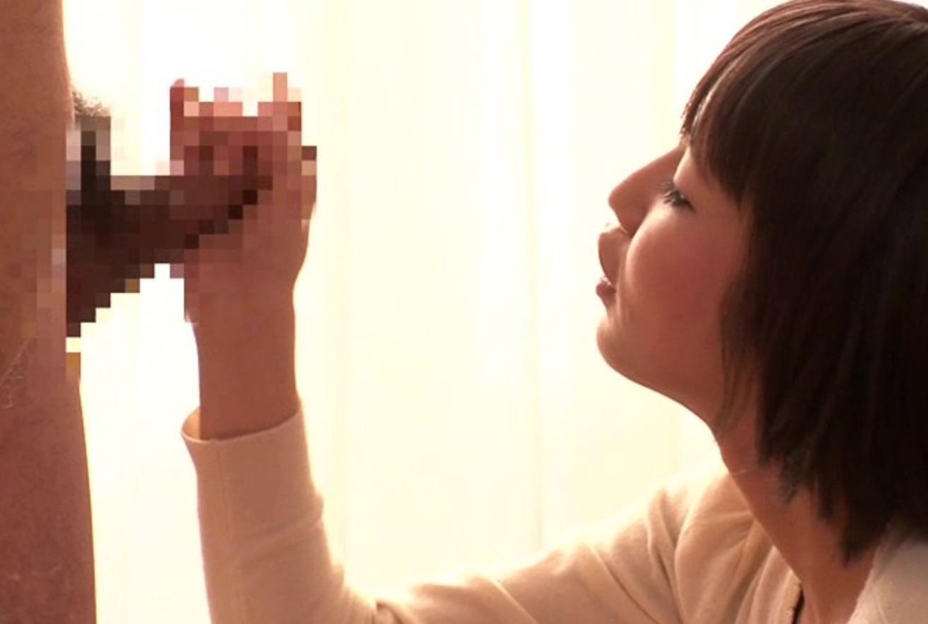 男性器を触っている女性