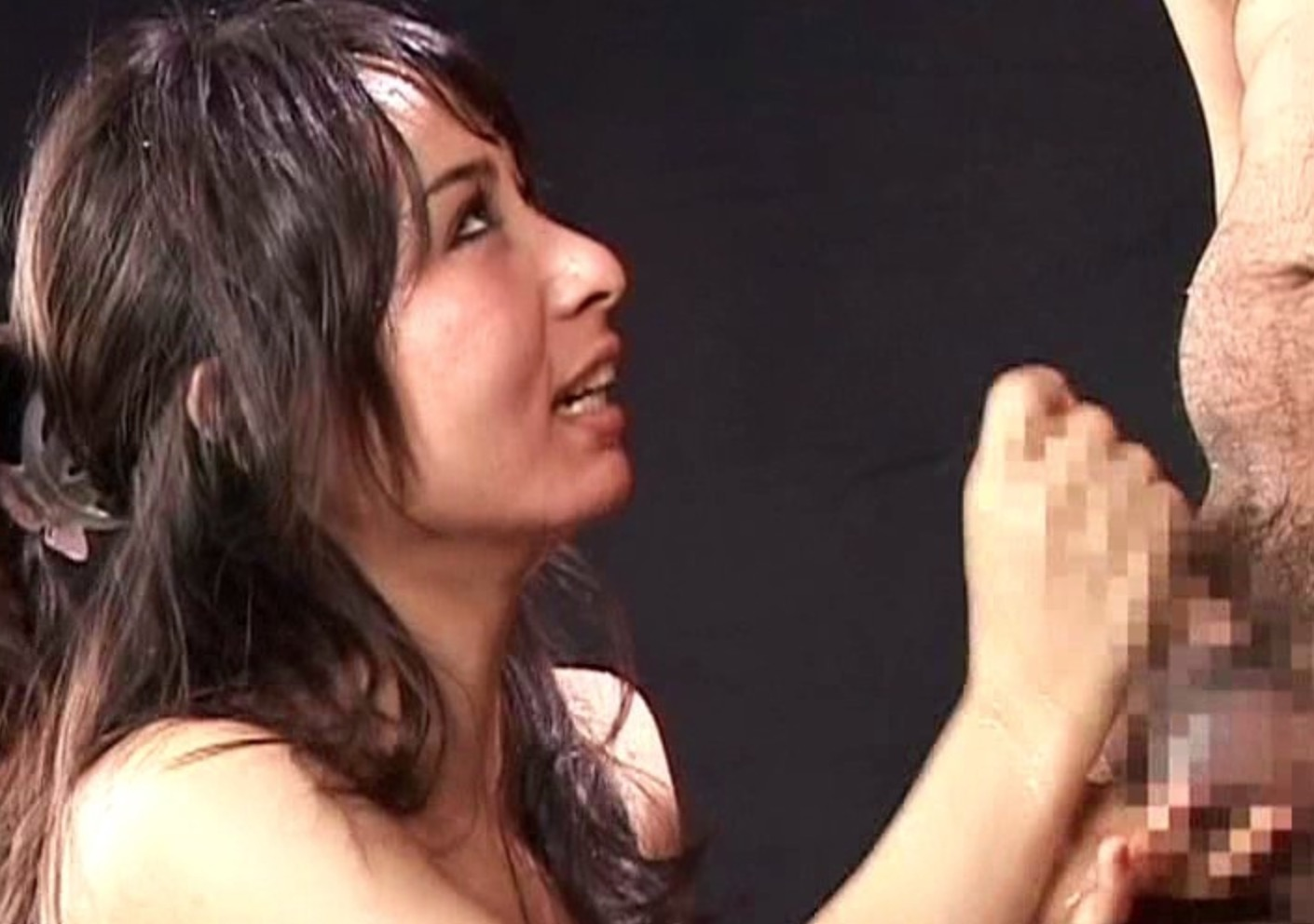 手コキをしている女性